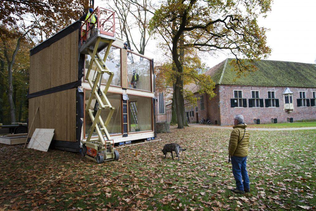 Bij het klooster in Ter Apel wordt een prijswinnend houten huisje gebouwd. 29 km